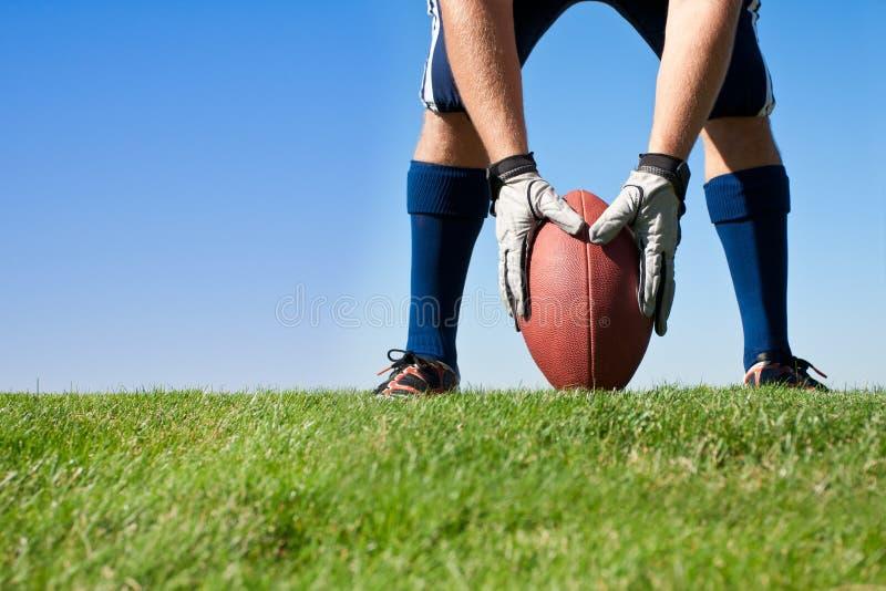 Obtenção pronto para o Kickoff do futebol foto de stock