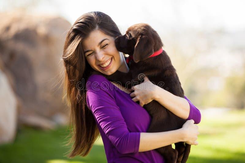 Obtendo beijos de meu cachorrinho foto de stock