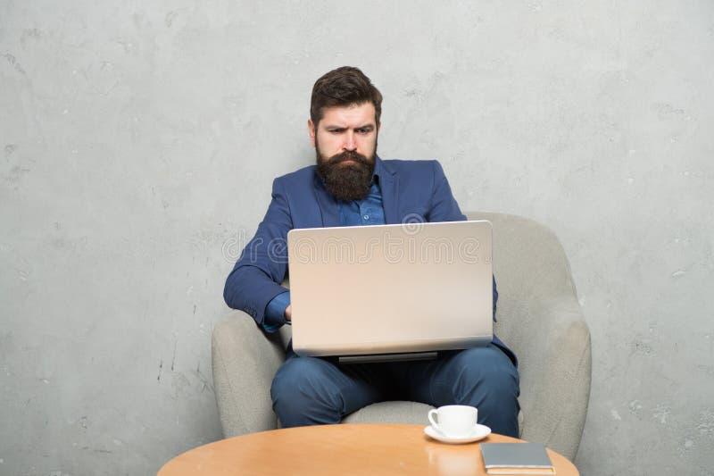 Obtendo a informa??o do neg?cio que surfa o Internet Homem de negócios que faz o projeto do Internet no portátil Utilização farpa fotografia de stock