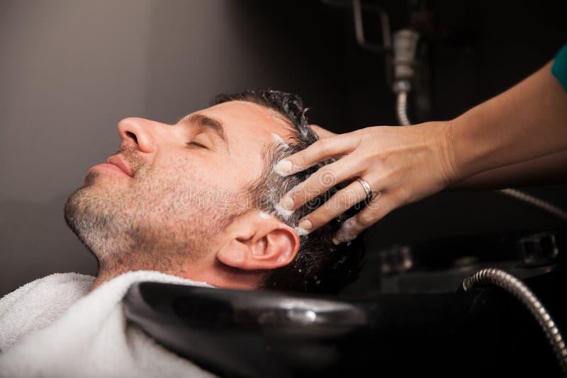 Obtendo o cabelo lavado em um salão de beleza imagem de stock royalty free