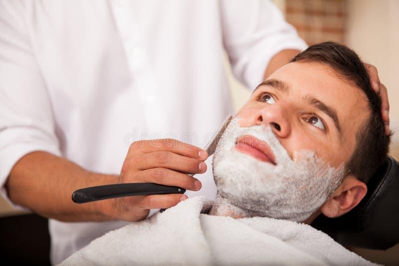 Obtendo uma barbeação próxima foto de stock