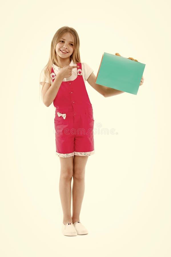 Obtenez fut? avec des bons L'adolescente mignonne de fille porte le panier Vente d'?t? d'habillement achet?e par enfant Programme images stock