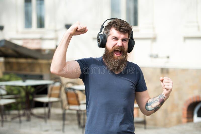 Obtenez l'abonnement de musique Appréciez les chansons libres quotidiennes Excellente musique dans son hippie barbu d'homme de pl photographie stock