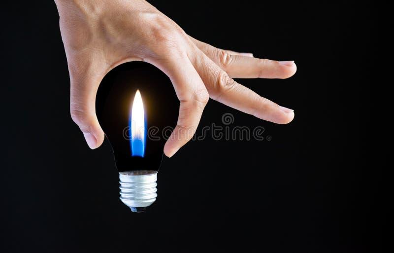 Obtenez le concept d'idée main de femme d'affaires tenant l'ampoule photographie stock libre de droits