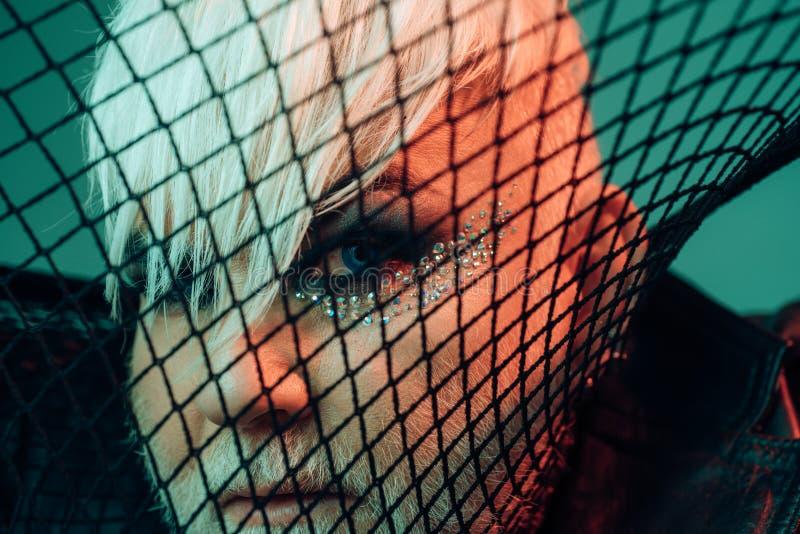 Obtenez le phénomène  Regard masculin de maquillage Visage de couverture d'homme de transsexuel avec le filet Mode de fétiche Acc images stock