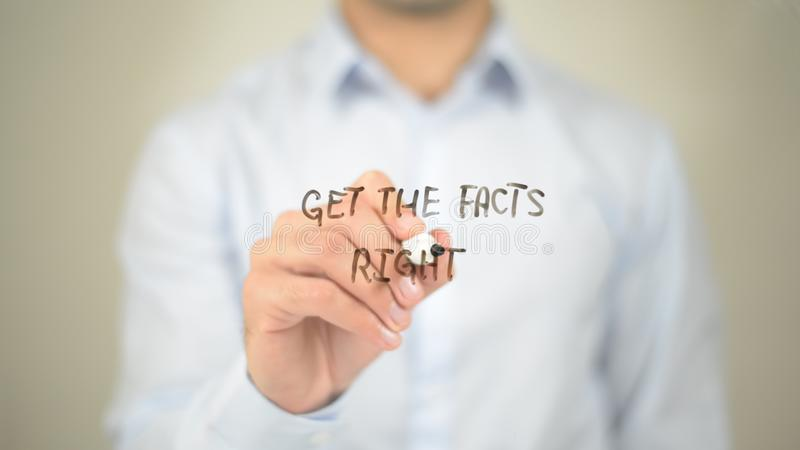Obtenez les faits droits, écriture d'homme sur l'écran transparent image stock