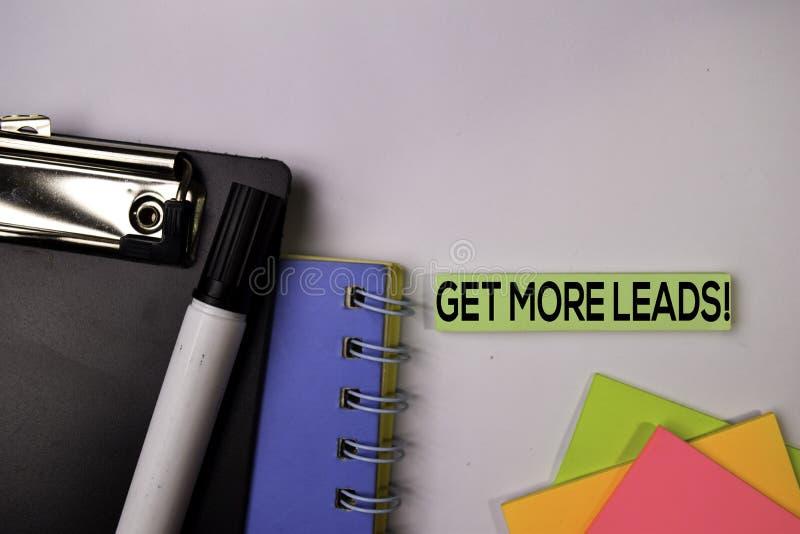 Obtenha mais ligações! nas notas pegajosas isoladas no fundo branco fotos de stock