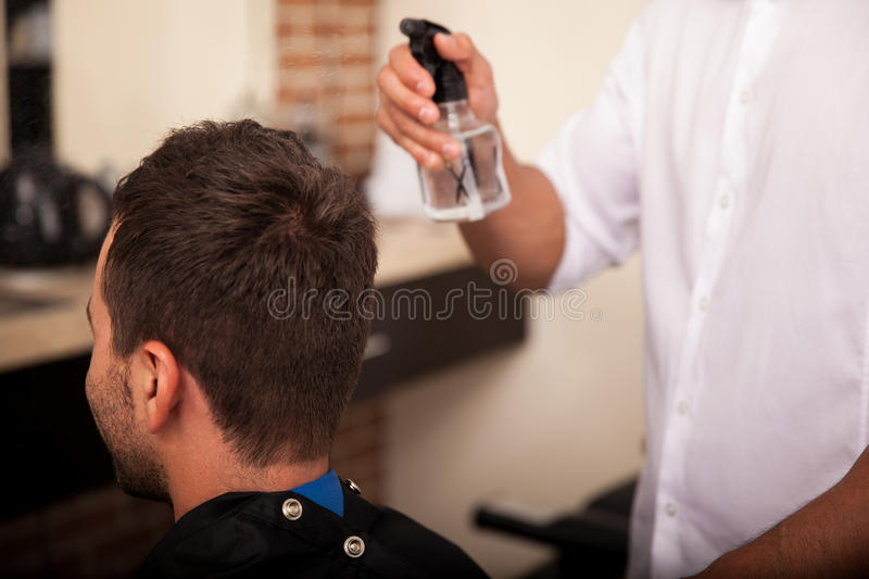 Obtention de la coupe de cheveux dans un salon de coiffure photo stock