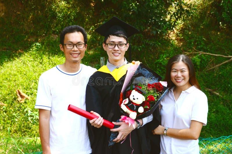 Obtention du diplôme asiatique réserve vieux d'isolement par éducation de concept photographie stock libre de droits