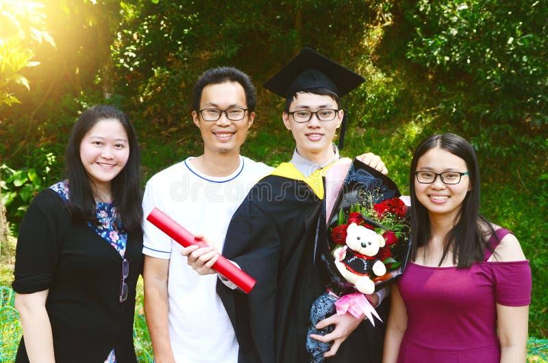 Obtention du diplôme asiatique réserve vieux d'isolement par éducation de concept image stock