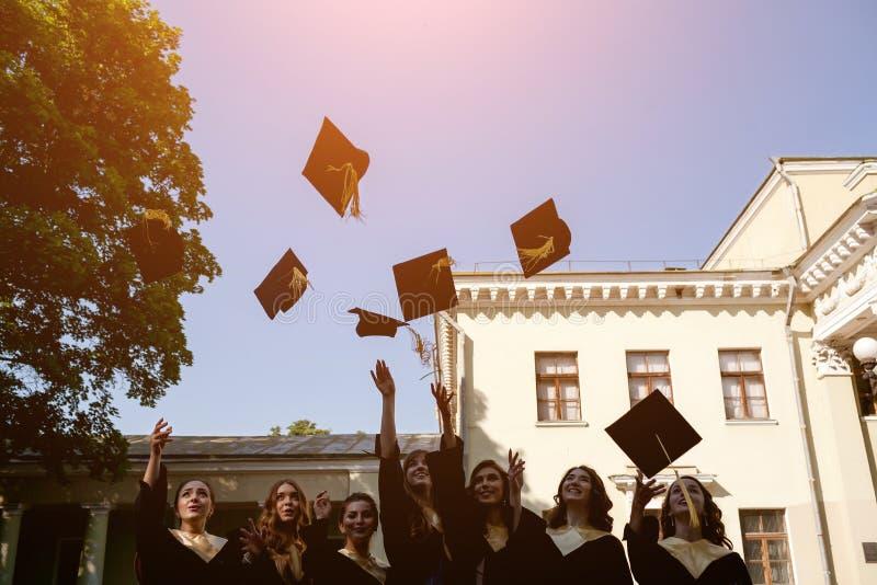Obtention du diplôme d'étudiants de diversité image stock