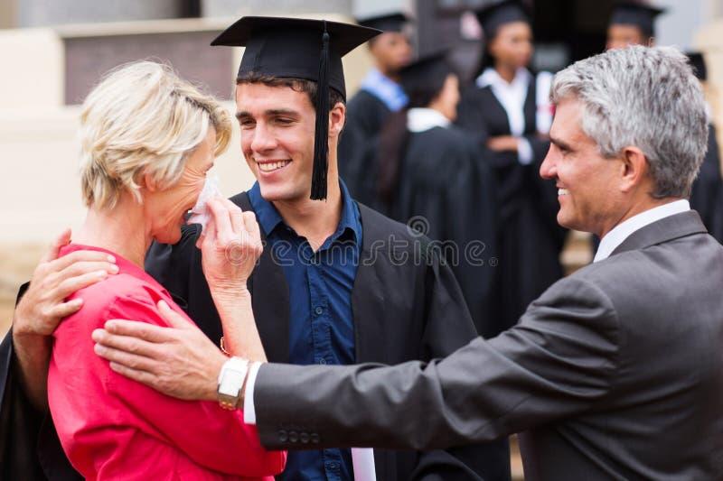 Obtention du diplôme fière de mère image stock