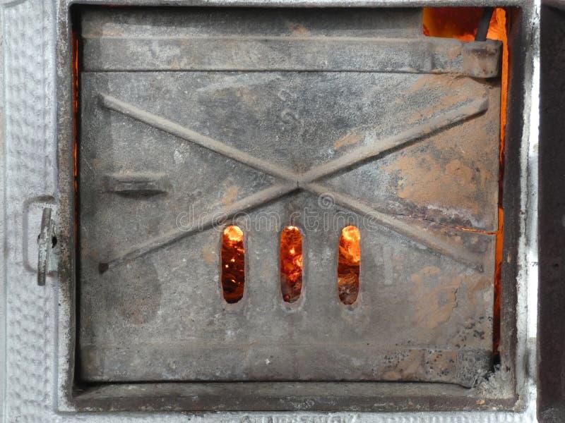 Obturador de la estufa vieja de la teja - fuego dentro fotos de archivo