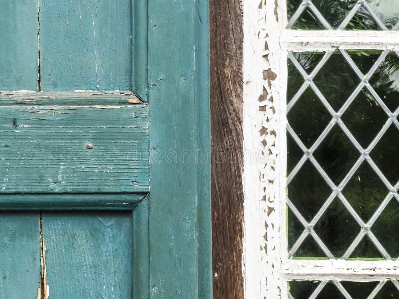 Obturador pintado viejo y ventana plomada imagenes de archivo