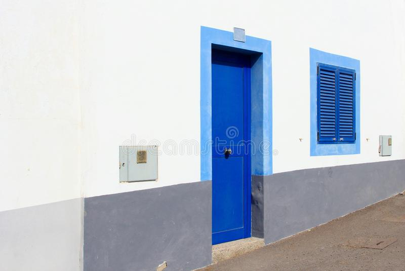 Obturadores azules casa blanca, islas Canarias, España de la ventana de la puerta imagen de archivo