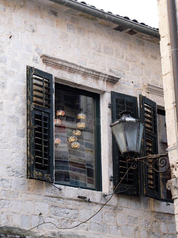 Obturadores da janela na construção de pedra histórica, cidade velha de Kotor, Montenegro imagem de stock
