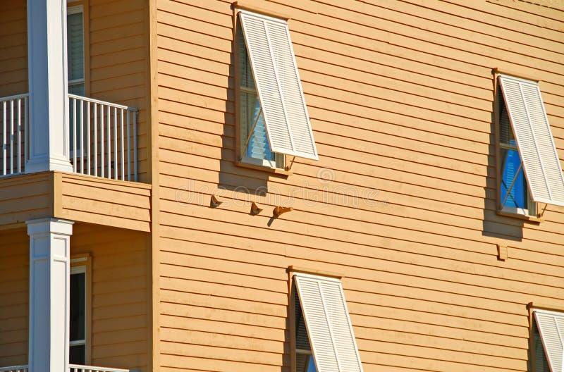 Obturadores de la tormenta en hogar costero fotografía de archivo libre de regalías