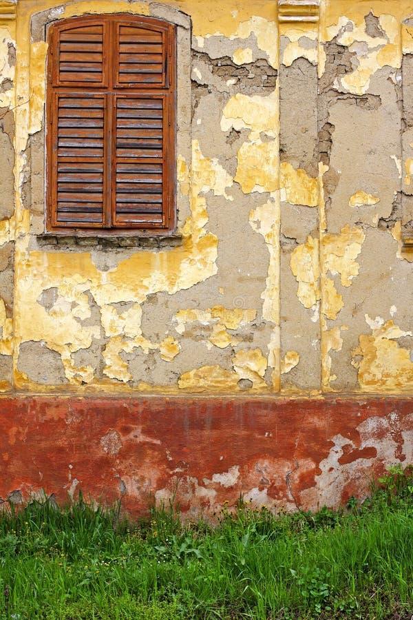 Obturadores de la ventana y pintura vieja fotos de archivo libres de regalías