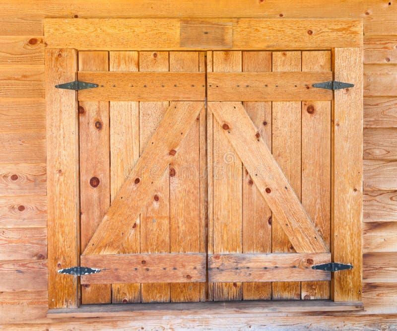Obturadores de madeira da janela com dobradiças do ferro fotos de stock