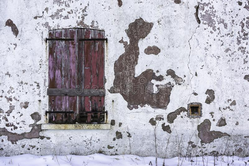 Obturadores de madeira fechados velhos e gastos fotos de stock