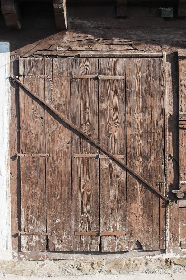 Obturadores de madera resistidos viejos de la ventana foto de archivo