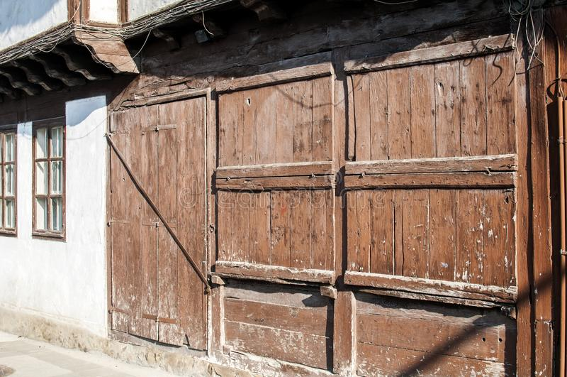 Obturadores de madera resistidos viejos de la ventana imagen de archivo libre de regalías