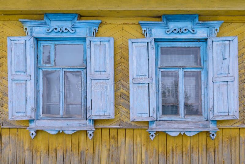 obturadores de madera tallados en las ventanas fotos de archivo libres de regalías