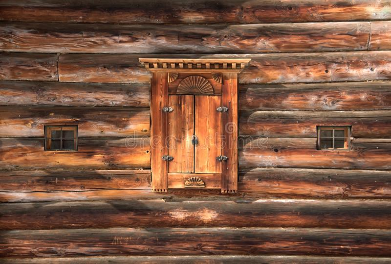 Obturadores de madera viejos de la ventana en una pared del registro Ventana de madera tallada Talla rusa tradicional de madera foto de archivo