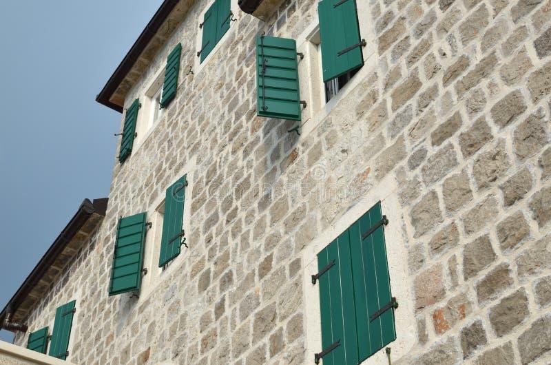 Obturadores em uma fachada da casa imagens de stock royalty free