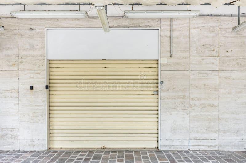 Obturadores fechados em uma loja comercial foto de stock royalty free