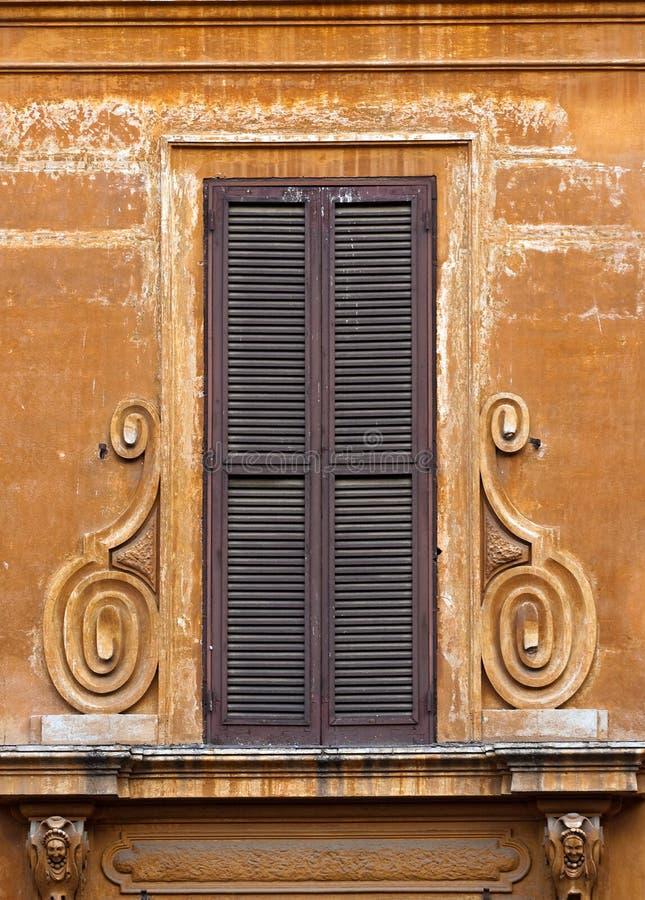 Obturadores marrones viejos de la ventana imagenes de archivo