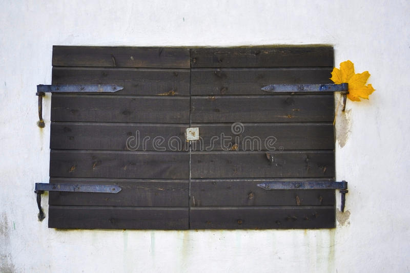 Download Obturadores Viejos Rústicos De La Ventana En Una Pared Del Estuco Foto de archivo - Imagen de tablón, viejo: 41903522