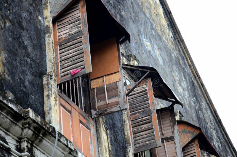 Obturadores y ventanas de madera resistidos en Georgetown constructiva vieja Penang Malasia foto de archivo