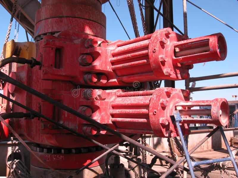 Obturateur d'éruption sur la plate-forme de forage de forage de pétrole photographie stock libre de droits