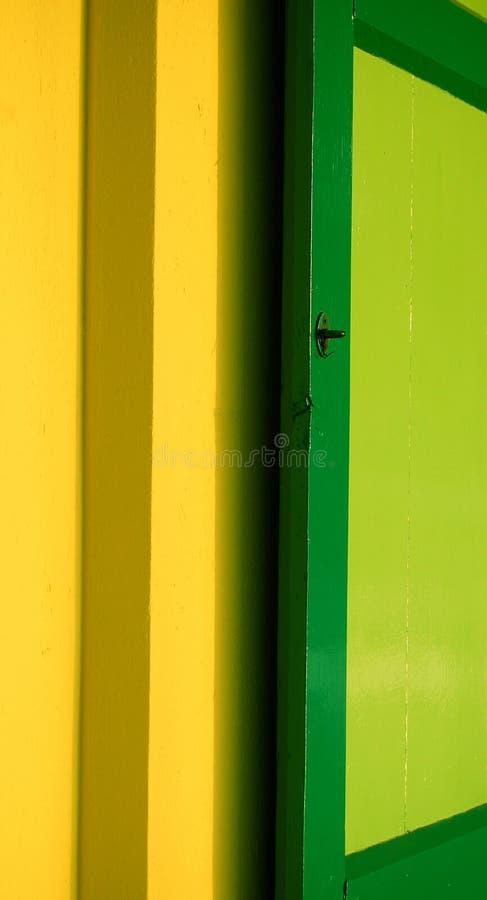 Obturateur vert sur le mur jaune images libres de droits