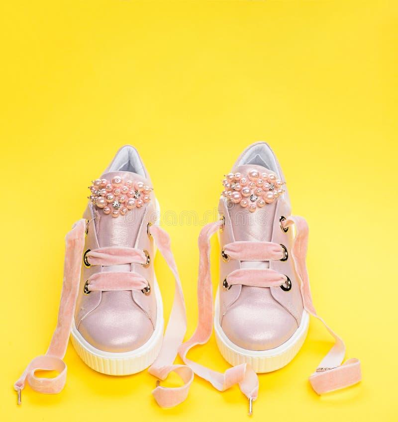 Obuwie dla dziewczyn lub kobiet dekorował z perełkowymi koralikami Para jasnoróżowi żeńscy sneakers z aksamitnymi faborkami ślicz zdjęcie royalty free