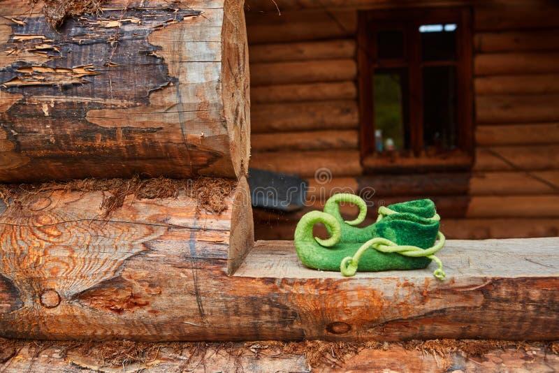 Obuwie Elfa w oknie starego drewnianego domu zdjęcie royalty free