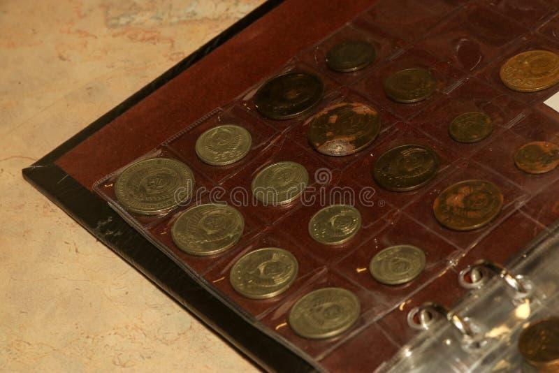 Obvers van oude de muntstukkeninzameling van Sovjetunie in numismatisch album royalty-vrije stock foto