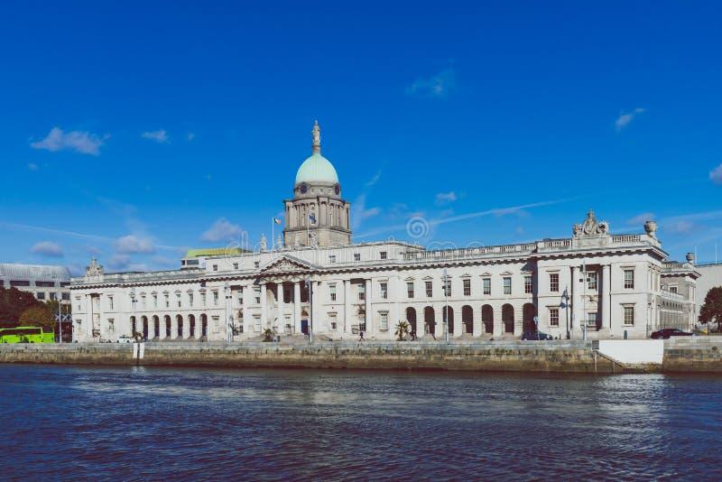 Obyczajowy dom w Dublin przed rzecznym Liffey zdjęcie stock