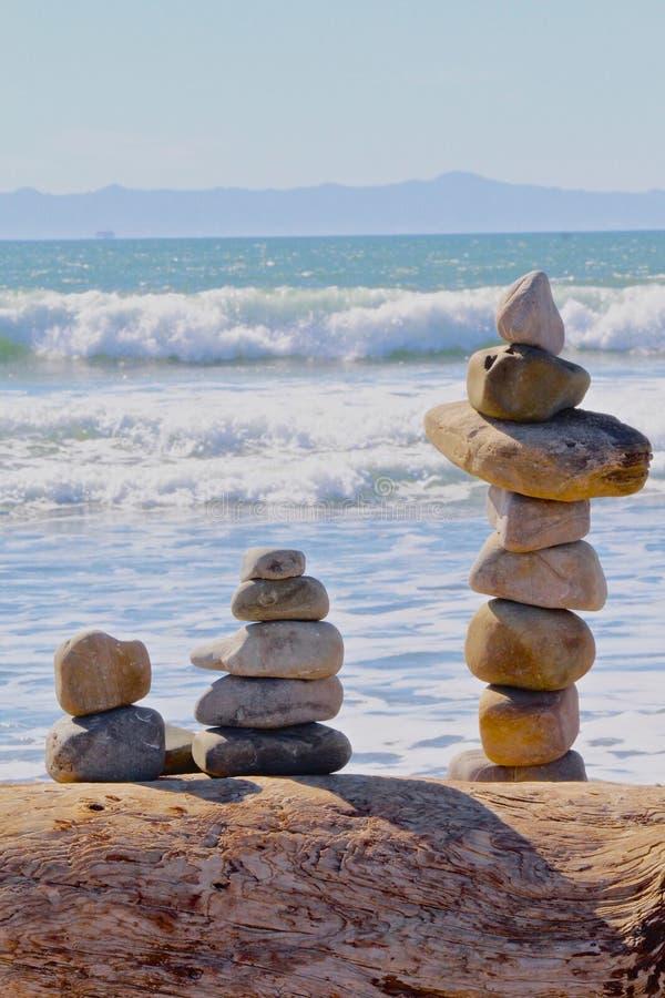 Océan équilibré de roches images stock