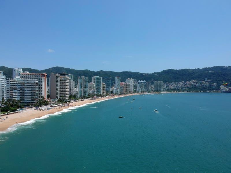 Océan aérien de vue supérieure de baie d'Acapulco dans le jour ensoleillé photos stock