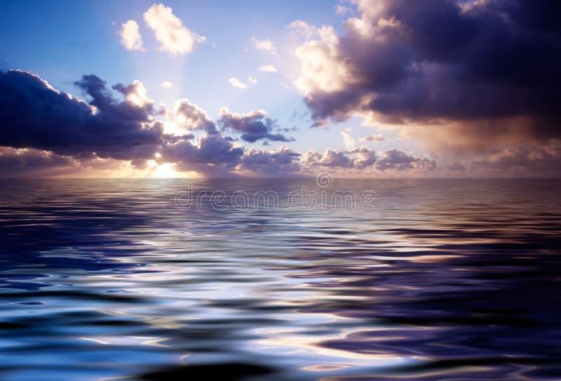Océan abstrait et coucher du soleil photos stock