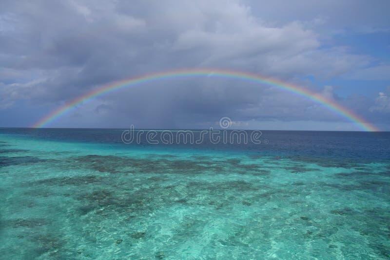 océan au-dessus d'arc-en-ciel photo libre de droits