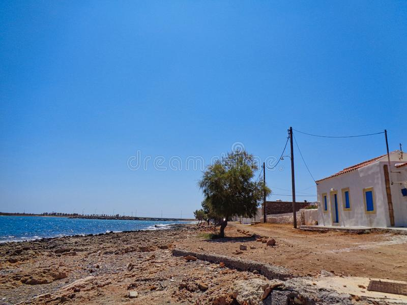 océan bleu avec une maison photo stock