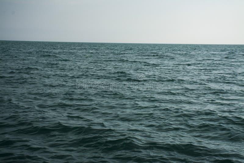 Océan bleu calme images stock