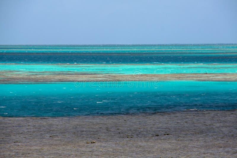 Océan bleu pittoresque sur la Grande barrière de corail photo stock