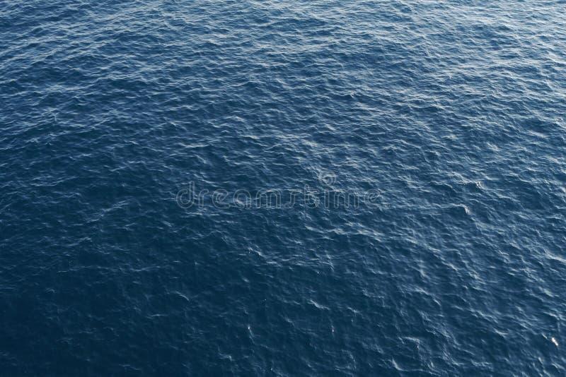 Océan bleu profond d'en haut images stock