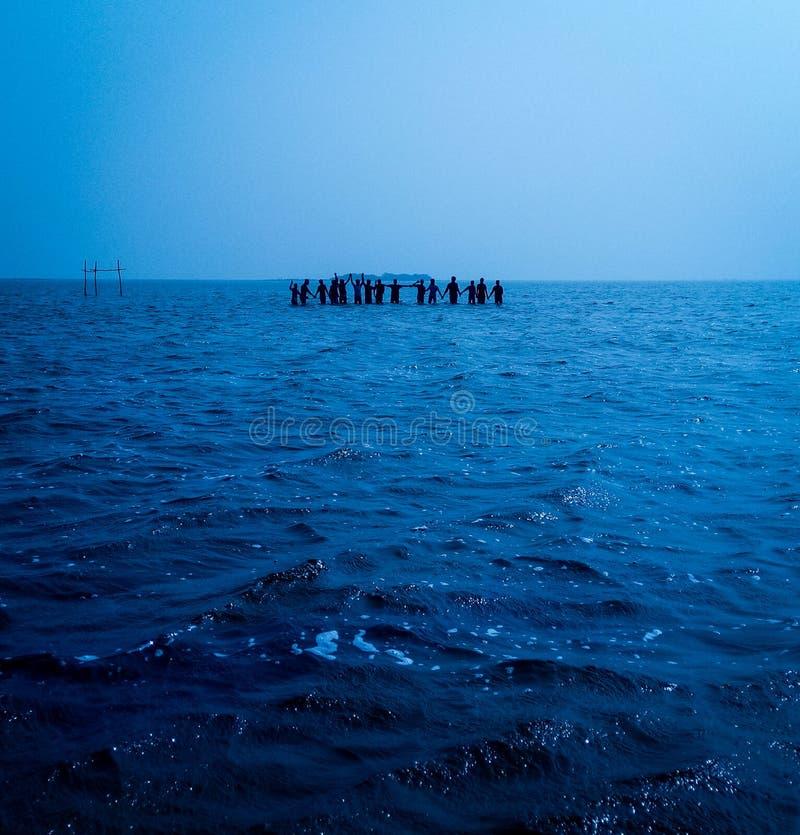 Océan bleu une chaîne puissante d'amitié photographie stock