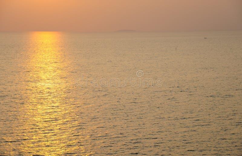 Océan brillant sous le coucher du soleil photo libre de droits