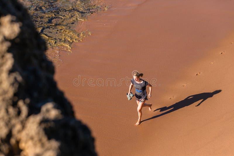 Océan courant de plage de fille photos stock